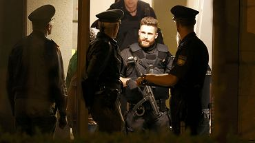 Policyjne przeszukanie w dzielnicy Maxvorstadt w Monachium
