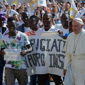 """Papie� krytykuje Polsk� za ksenofobi�? Episkopat: """"To nie jest oficjalne stanowisko"""""""