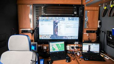 Tak wygląda wnętrze wartej ponad pół miliona złotych furgonetki wyposażonej w mające zasięg około 3km drony, kamery termowizyjne, a także najnowsze systemy informatyczne