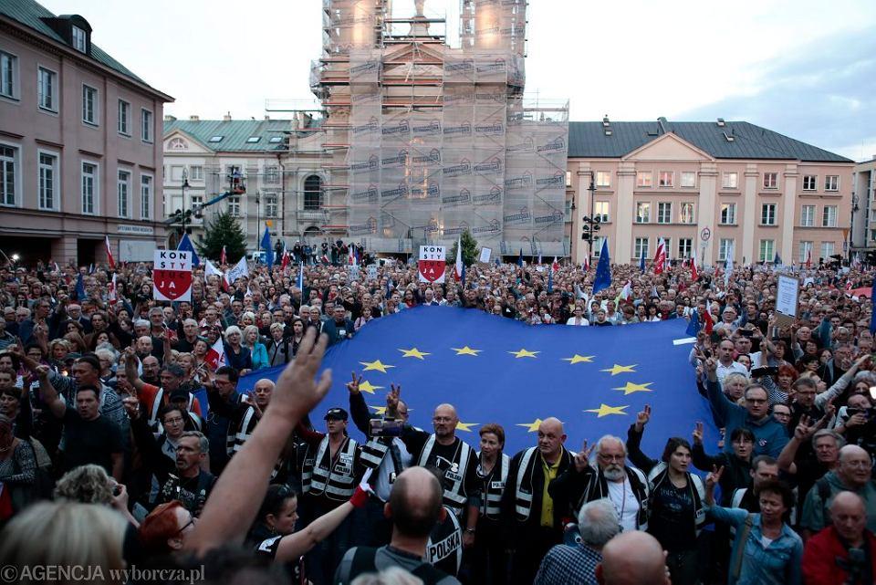 Plac Krasińskich w Warszawie. Protest ' Bądźmy z sędziami '