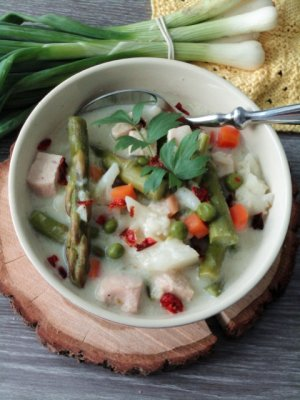 Warzywna potrawka ze szparagami i kurczakiem