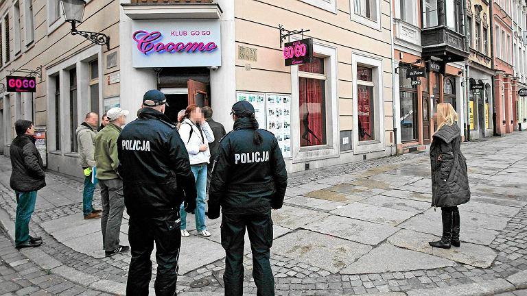 Akcja policji w klubie Cocomo w Poznaniu w związku ze śledztwem w sprawie oszukiwania klientów