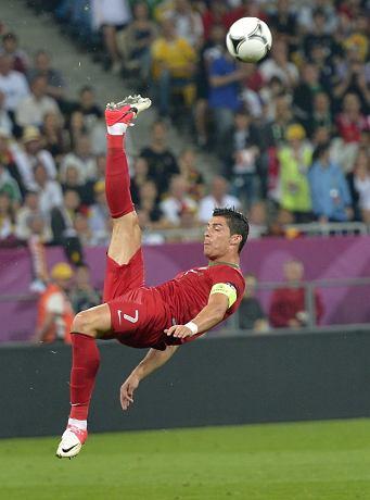 cristiano ronaldo defensive scissor-kick przewrotka