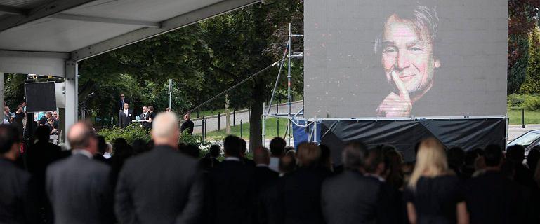Pogrzeb Kulczyka. Przed g��wn� bram� cmentarza jest ju� t�um - ok. 200-300 os�b [RELACJA]