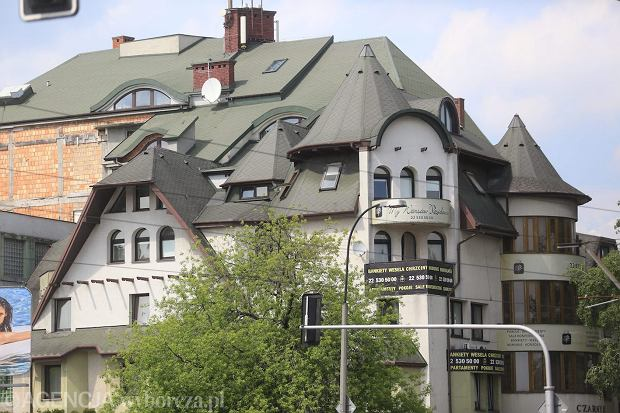 Słynny hotel Czarny Kot przy Powązkowskiej w Warszawie. Jeden z najbrzydszych budynków w stolicy, w dodatku powstał bez żadnych pozwoleń na zasadzie dodawania kolejnych pięter i dobudówek. Sądowe batalie miasta o rozebranie tego koszmarka trwają od kilkunastu lat