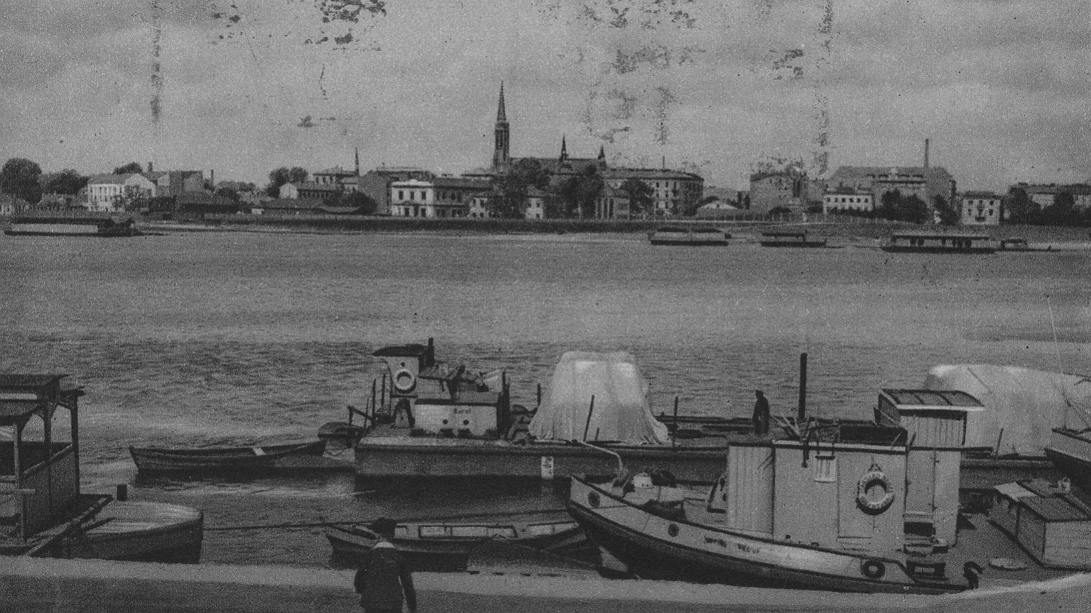 Barki na Wiśle w Warszawie. W tle panoramy Pragi