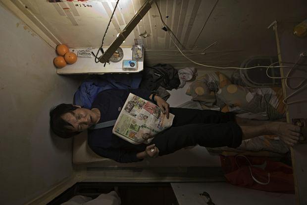 """Yeung żyje w """"trumnie"""", gdzie mieści się tylko łóżko. W jego mieście to normalne [ZDJĘCIA]"""