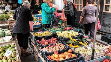 Stoisko z owocami i warzywami