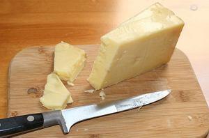 Alkohol w kuchni: jak dobrać wino do sera, ser cheddar