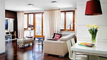 W dużym salonie najlepiej zamontować kilka sufitowych źródeł światła, rozjaśniających poszczególne strefy pomieszczenia.