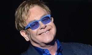 """Elton John opublikował nową piosenkę. Do sieci trafił singel """"Blue Wonderful""""."""