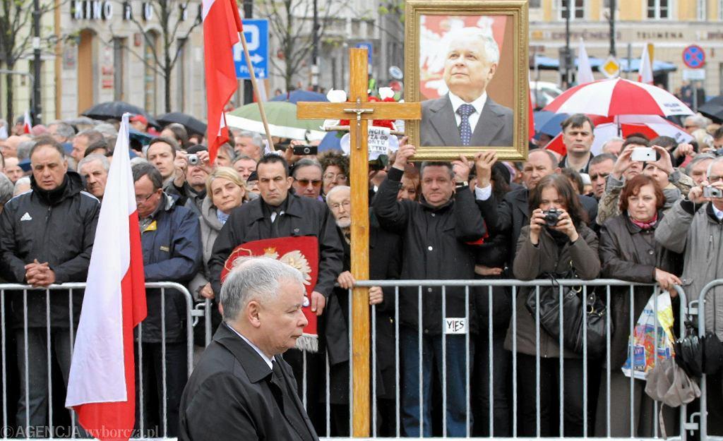 Prezes PiS Jarosław Kaczyński złożył kwiaty przy krzyżu przed Pałacem Prezydenckim na Krakowskim Przedmieściu w Warszawie