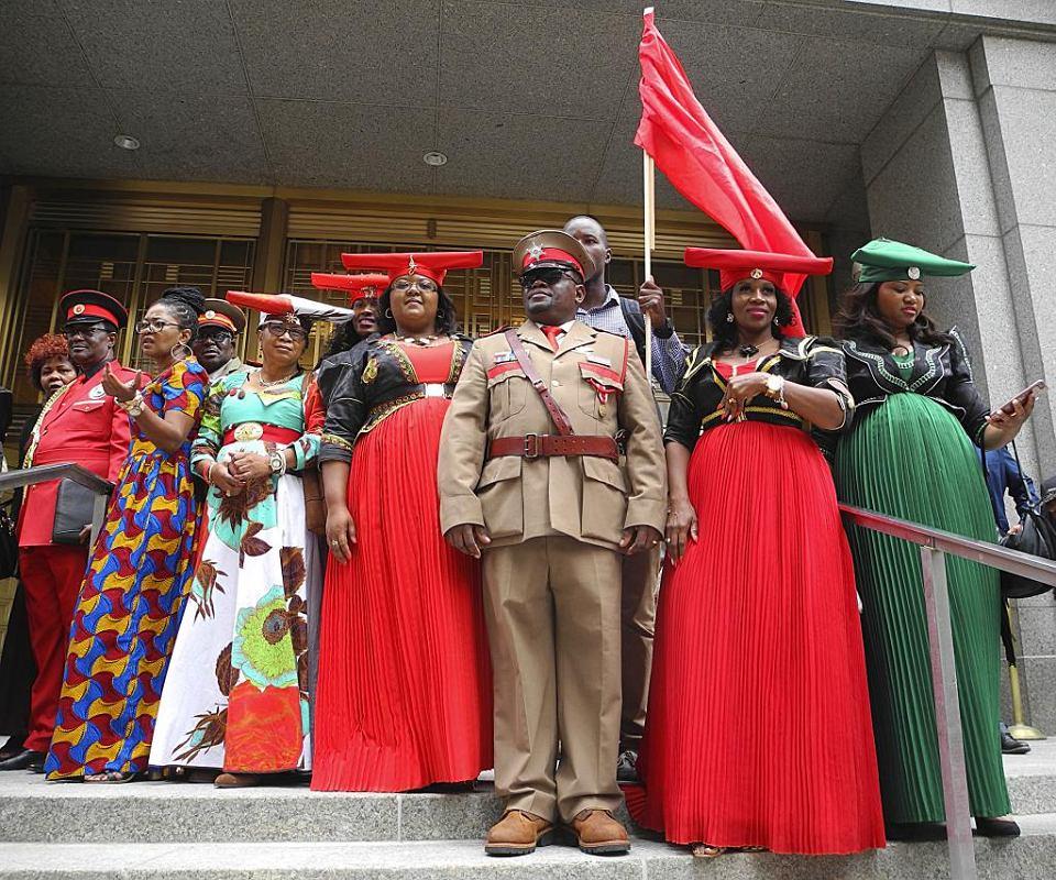 Przedstawiciele Herero i Nama przed sądem w Nowym Jorku, w którym domagają się od rządu Niemiec 30 miliardów dolarów odszkodowania za ludobójstwo w Namibii, 12.10.2017