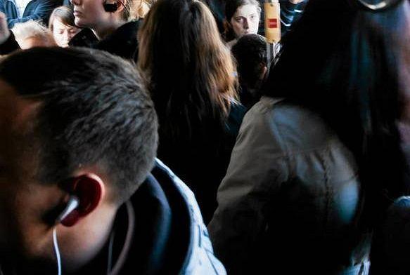 Przebić się przez tłum na przystankui wsiąść [LIST]