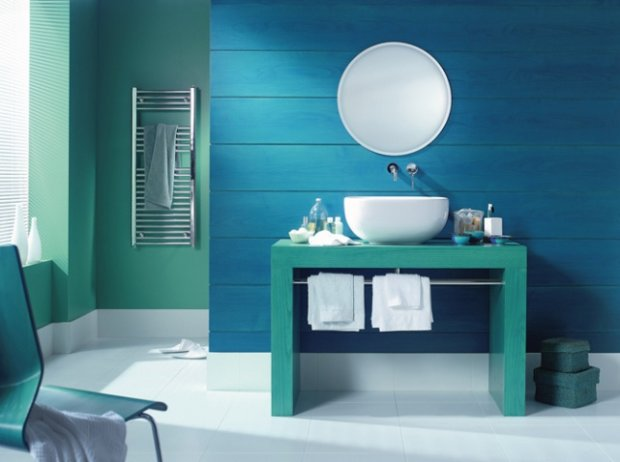 Łazienka w morskich odcieniach. Na ścianie egzotyczne drewno pomalowane farbą.