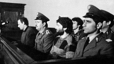 Maj-czerwiec 1985 r., proces działaczy zdelegalizowanej 'Solidarności' w Gdańsku. W pierwszym rzędzie - Adam Michnik i Władysław Frasyniuk, z tyłu Bogdan Lis
