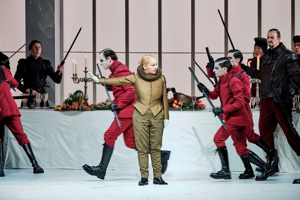 Karine Deshayes w 'Hugenotach' Giacoma Meyerbeera, reż. Andreas Kriegenburg, L'Opéra national de Paris