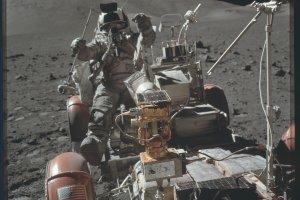 Golenie i jedzenie na orbicie, praca na Ksi�ycu. NASA pokaza�a 9200 zdj�� z archiwum misji Apollo