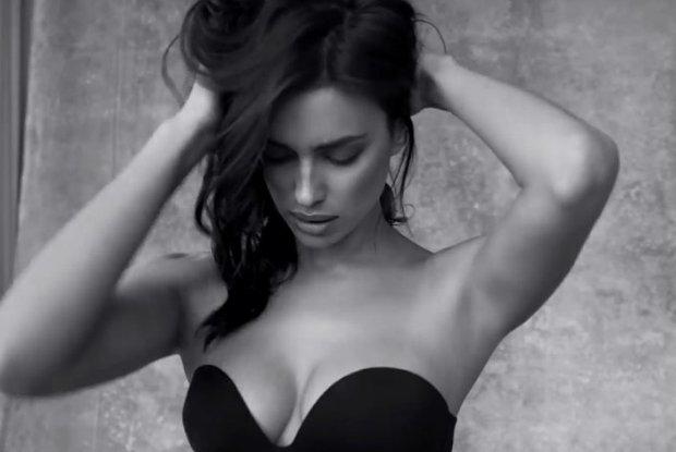 5fc938f9ef42a7 Irina Shayk udowadnia, że biustonosz bez ramiączek może być sexy [WIDEO]