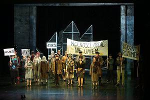 """Opera świętowała urodziny z transparentami """"Wolność"""", """"Kocham i rozumiem"""""""