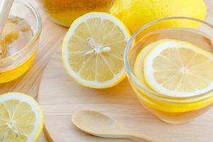 Dlaczego WARTO pić ciepłą wodę z cytryną? [10 ZALET]