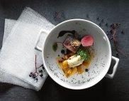 Sma�ony comber z sarny z pietruszk� i sosem ja�owcowym