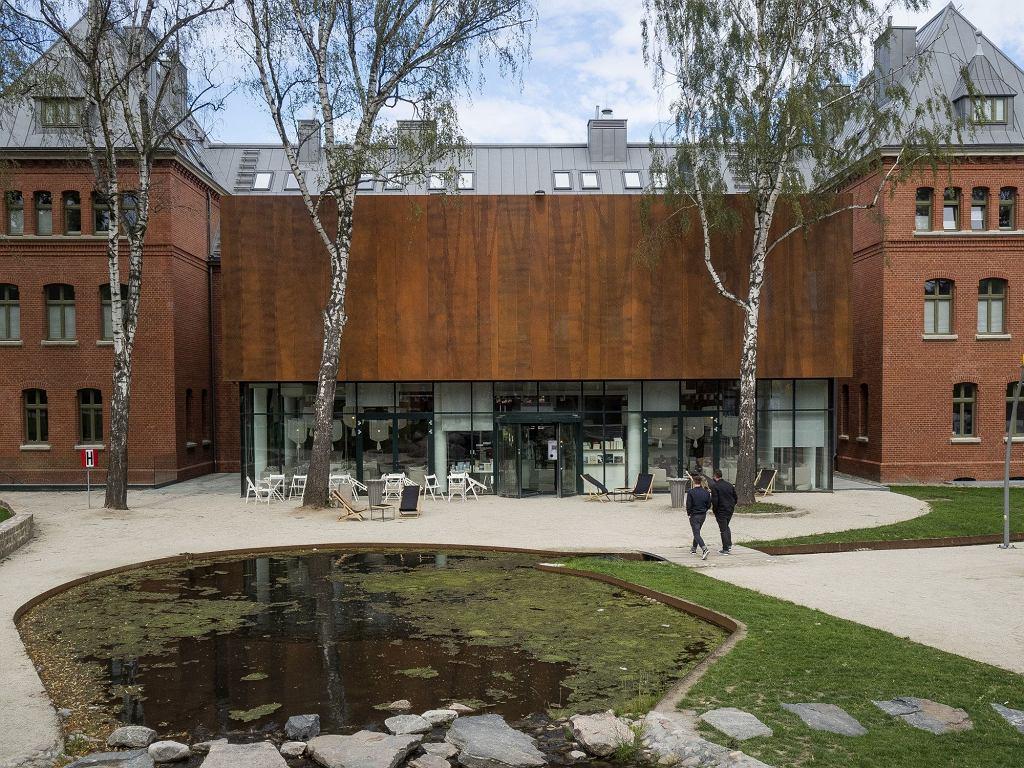 Dziedziniec między tymi trzema budynkami jest przestrzenią zieloną i wspólną (fot. Filip Springer)
