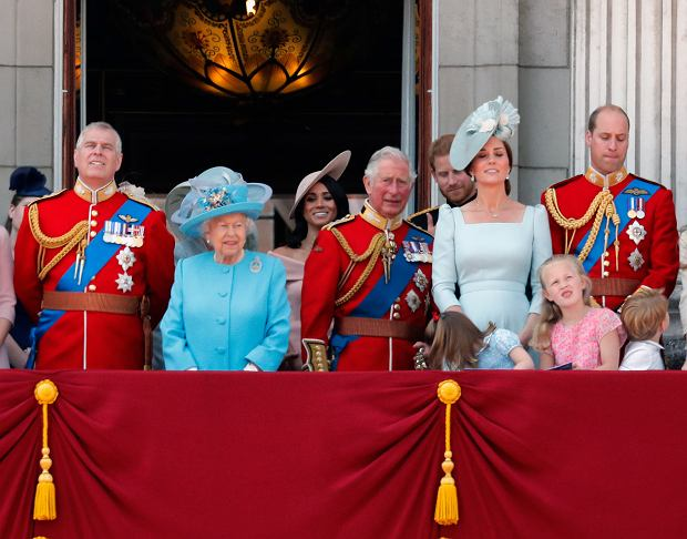 Zdjęcie numer 2 w galerii - Meghan Markle stała za księżną Kate na urodzinach królowej. Nie bez powodu zajęła miejsce w drugim rzędzie
