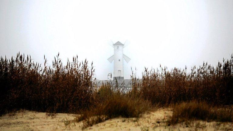 Błękitna Flaga to prestiżowe wyróżnienie dla kąpielisk i marin, które spełniają surowe normy ochrony środowiska. Certyfikat przyznaje co roku międzynarodowa Fundacja na rzecz Edukacji Ekologicznej. W 2013 roku organizacja wytypowała 33 najczystsze plaże w Polsce. To o 9 więcej niż w zeszłym roku.// Świnoujście ma najszerszą naturalną plażę w Polsce - osiąga ona do 150 metrów szerokości. Zadbana, piaszczysta plaża liczy kilometr długości i ciągnie się aż do granicy Niemcami. Jej skrajem prowadzi drewniana kładka spacerowa.