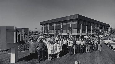 Pracownicy Intela przed główną siedzibą firmy w Santa Clara w 1971 roku