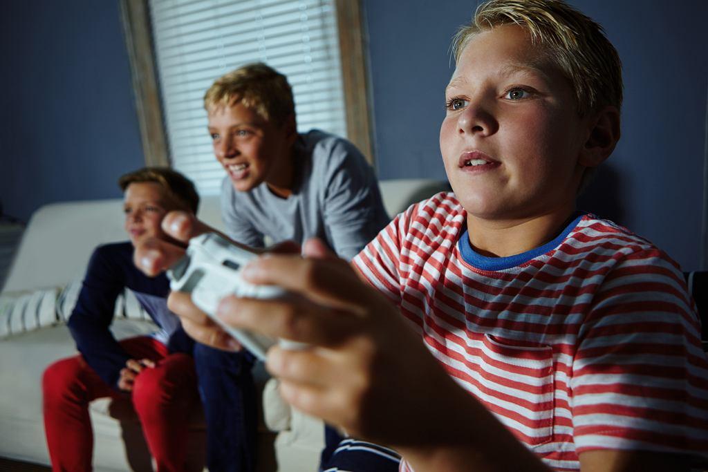 Dwie godziny dziennie spędzane na grach - to optymalna propozycja dla dzieci (fot. GRADYREESE / iStockphoto.com)