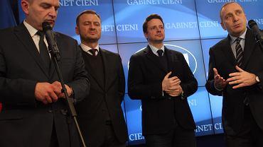 3 stycznia, po posiedzeniu gabinetu cieni Platformy Obywatelskiej. Od lewej Bartosz Arłukowicz, Sławomir Nitras, Rafał Trzaskowski i stojący na jego czele Grzegorz Schetyna