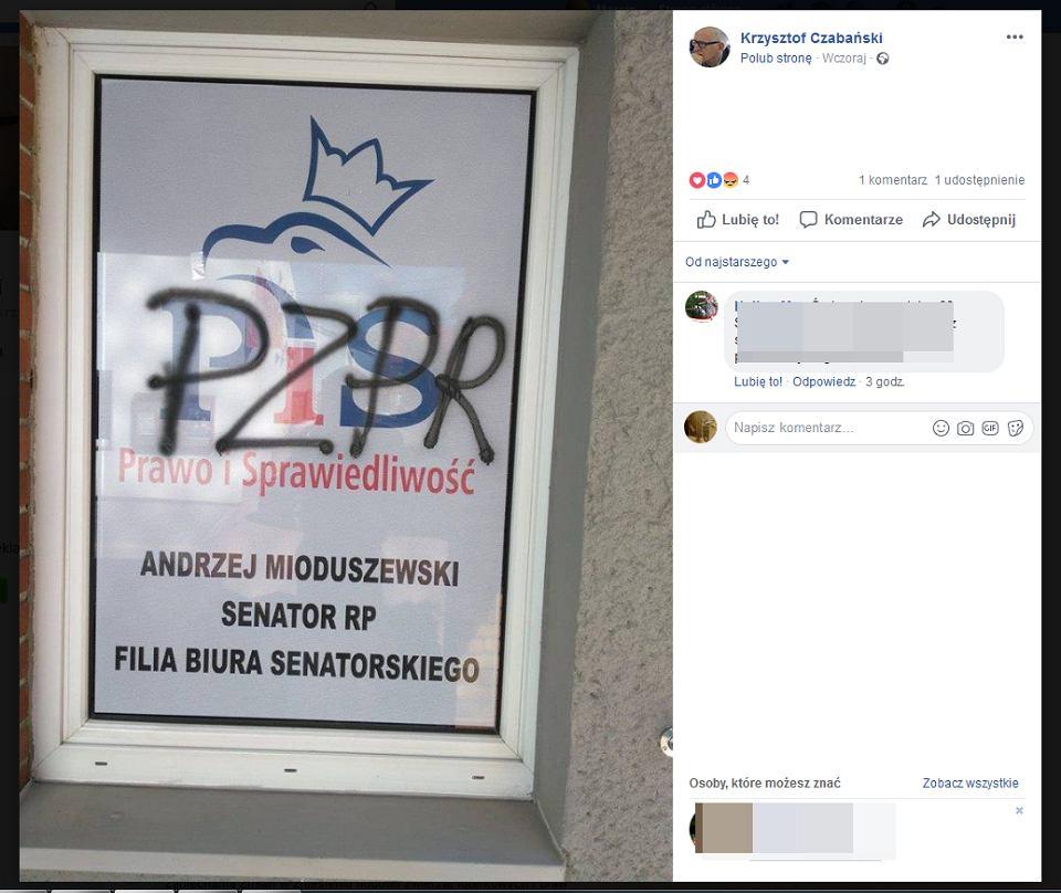 Napis 'PZPR' na biurze senatora PiS Andrzeja Mioduszewskiego.