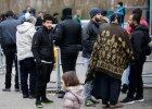 Migranci czekaj� na rejestracj� przed Biurem do spraw Uchod�c�w i Migrant�w w Berlinie