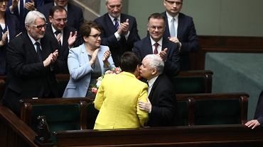 Premier rządu PiS Beata Szydło, jej partyjny zwierzchnik prezes Jarosław Kaczyński i oklaskujący ich ministrowie po odrzuceniu wniosku Platformy Obywatelskiej o odwołanie jej samej i 'jej' gabinetu