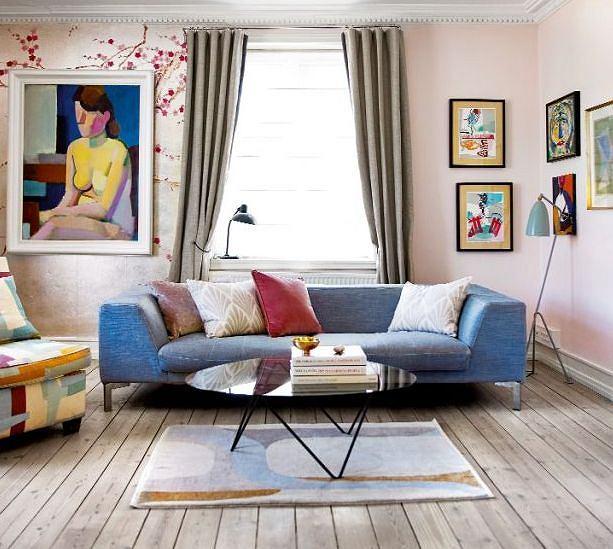 Różowy salonik, czyli pokój przeznaczony do relaksu i czytania książek. Wygodną sofę pokryto tkaniną Osborne & Little, a fotel - Christoffera Farra.