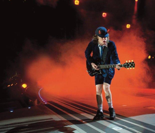 Legendarny gitarzysta grupy AC/DC obchodzi dziś swoje urodziny!