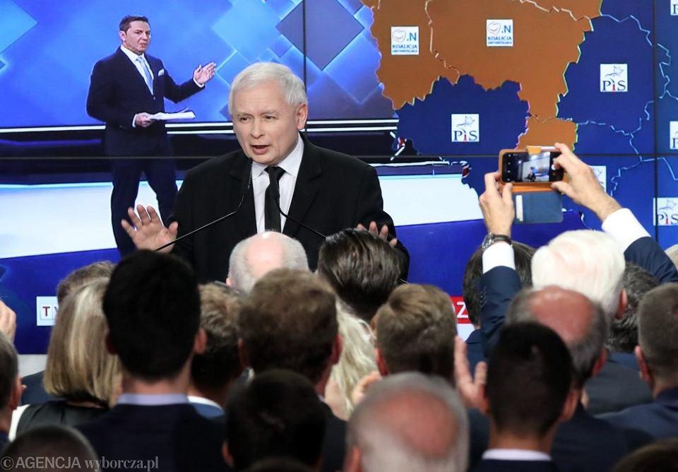 Wybory Samorządowe 2018 - wieczór wyborczy w kwaterze głównej PiS. Prezes Jarosław Kaczyński przemawia do członków swojej partii. Warszawa, 21 października 2018