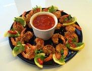 Krewetki w chrupi�cej zytniej panierce z ost� sals� pomidorow�