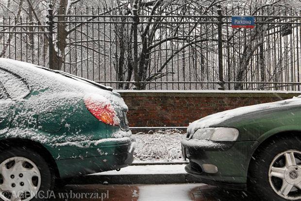 Samochody zaparkowane wzd�u� ul. Parkowej