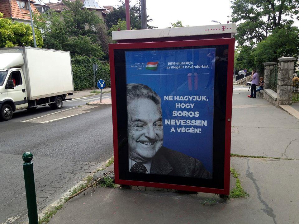 'Nie pozwólmy, by to Soros śmiał się ostatni!' - plakat z kampanii przeciw George'owi Sorosowi na ulicy w Budapeszcie. 5 lipca 2017