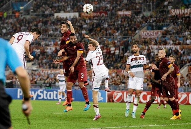 Bayern's Robert Lewandowski, left, heads the ball during the Group E Champions League soccer match between Roma and Bayern Munich at the Olympic stadium, in Rome, Tuesday, Oct. 21, 2014. (AP Photo/Andrew Medichini) SLOWA KLUCZOWE: XCHAMPIONSLEAGUEX