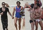 Marc Jacobs i jego partner na wakacjach. Projektant i aktor film�w porno wygrzewaj� si� w Rio