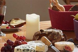 Akcesoria do sera: noże, tarki, pudełka, deski