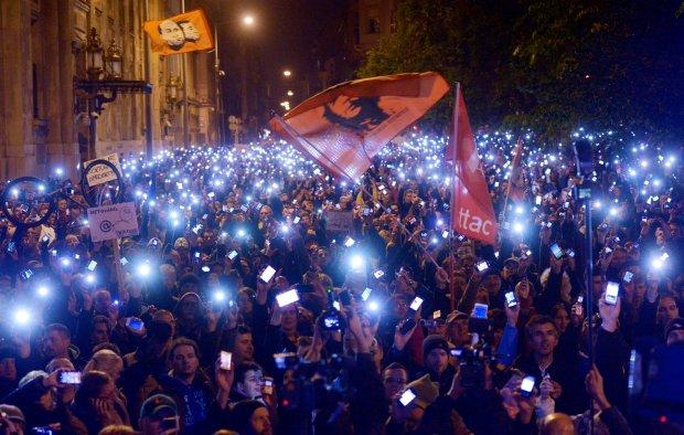 Koniec �art�w na W�grzech. 100 tys. ludzi protestuje przeciw podatkowi od internetu