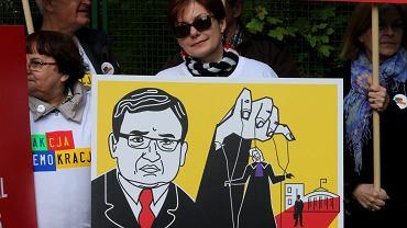 Pikieta Akcji Demokracja przed budynkiem Krajowej Rady Sądownictwa w Warszawie, 27 kwietnia 2018.