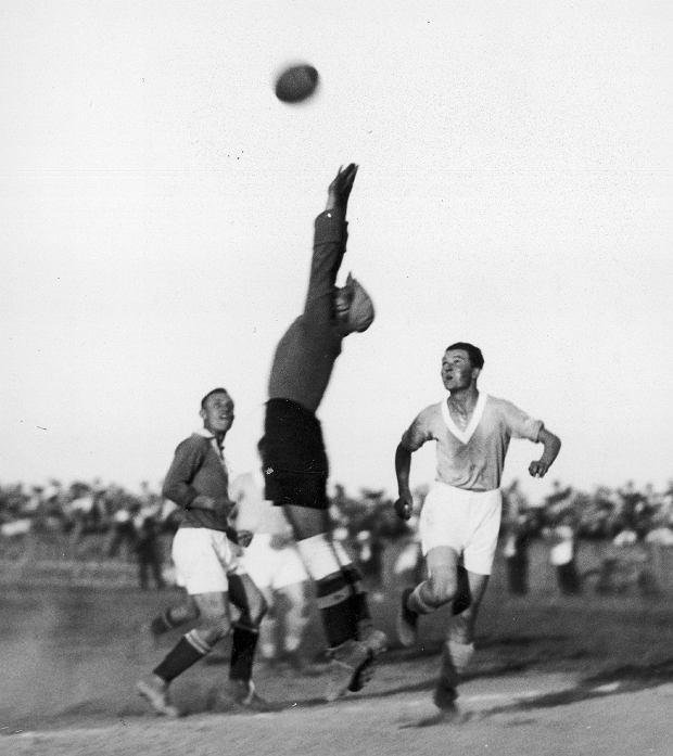 Poznań, 1935 r., mecz Warty Poznań z węgierską drużyną Ujpest FC z Budapesztu. Z prawej w jasnej koszulce poznański napastnik Fryderyk Scherfke. Trzy lata później polscy i węgierscy piłkarze zagrali na mistrzostwach świata we Francji. Lepiej wypadli Węgrzy, którzy przegrali dopiero w finale z Włochami 2:4. Polacy odpadli po słynnym meczu z Brazylią, przegranym po dogrywce 5:6, w którym pierwszego gola dla Biało-Czerwonych strzelił Scherfke.