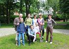 Grupa mieszkańców Sadyby na trawniku, który w niedzielę stanie się miniogrodem. Szpadel trzyma projektantka Katarzyna Molska.