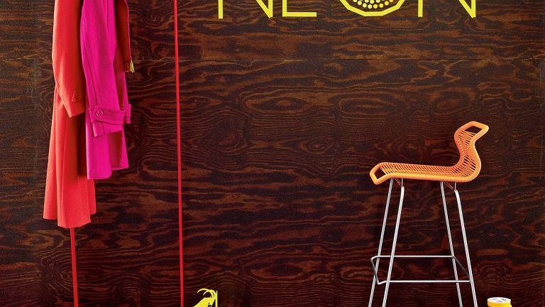 NA POWITANIE. Prosty wieszak, stołek barowy i on - w roli głównej. Tyle wystarczy, by niebanalnie zaaranżować przedpokój. Jeśli zdecydujesz się na neon już na etapie urządzania domu, instalację bez problemu schowasz pod płytą gipsowo-kartonową.