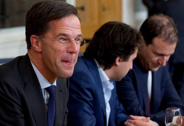 Premier Mark Rutte (pierwszy z lewej), obok przywódca Zielonych Jesse Klaver i lider Partii Pracy Lodewijk Asscher w oczekiwaniu na spotkanie z przewodniczącym parlamentu, przed rozpoczęciem pierwszych rozmów o formowaniu koalicji. Haga, 16 marca 2017 r.